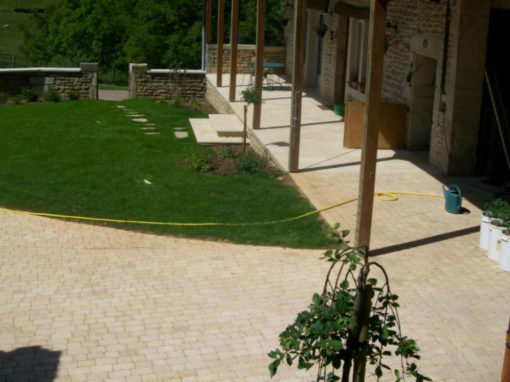 Aménagement d'une cours et d'une terrasse couverte en pavés